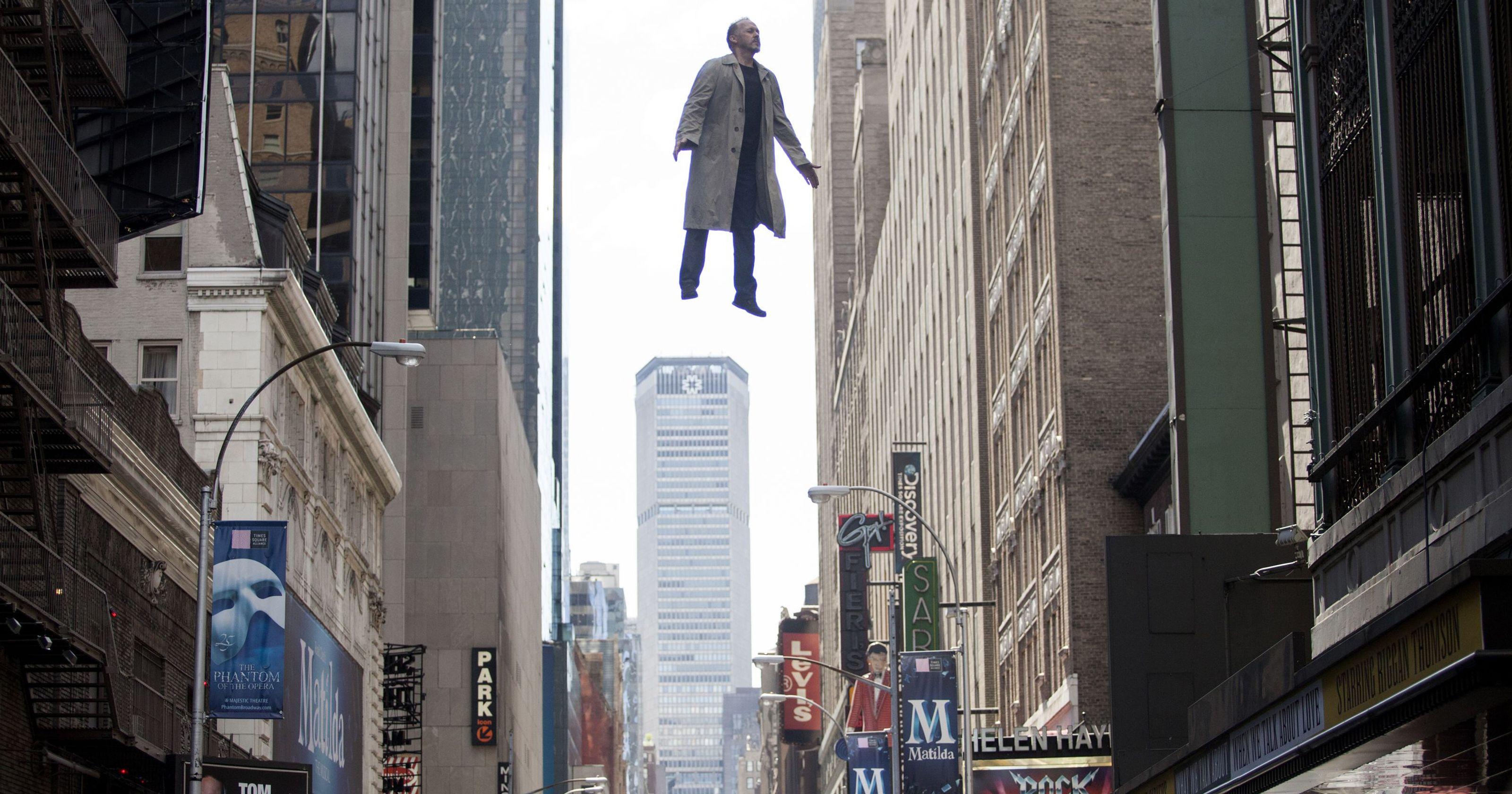 """「バードマン あるいは(無知がもたらす予期せぬ奇跡)」""""Birdman: or (The Unexpected Virtue of Ignorance)""""(2014)"""